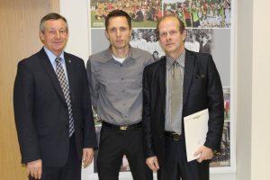 marijampoles-apskrities-futbolo-federacijos-prezidentas-romas-kukis-kartu-su-futbolo-treneriu-martynu-karpaviciumi-ir-mokytoju-gintautu-zimaila
