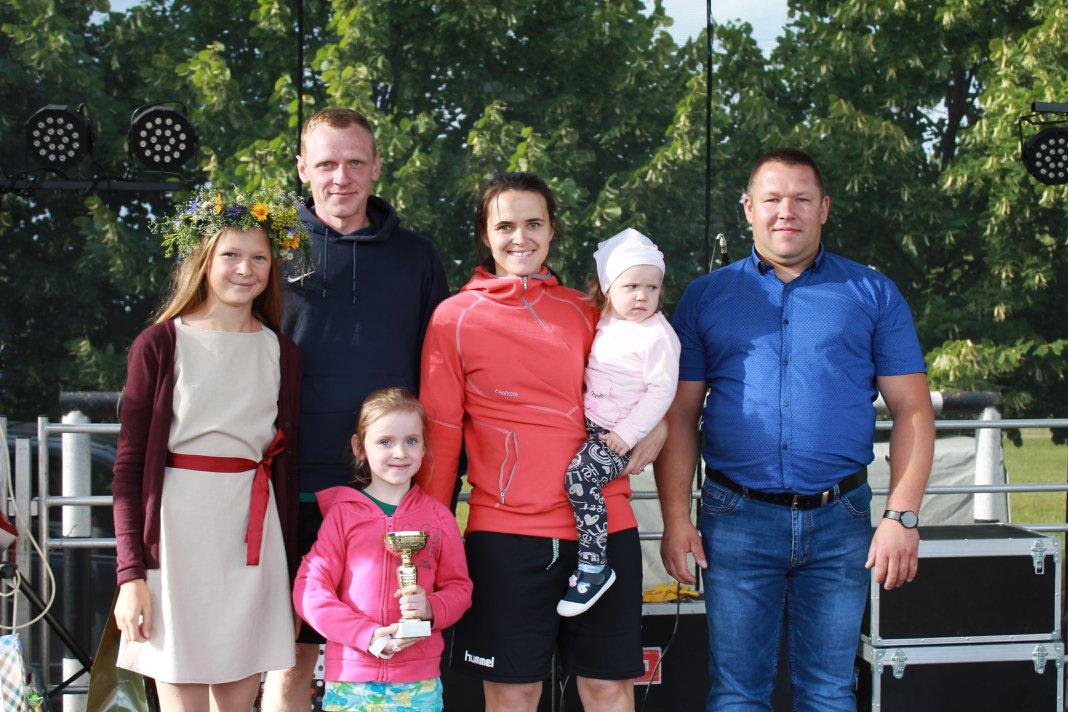 Jonines šeimos pasitiko futbolo aikštelėje